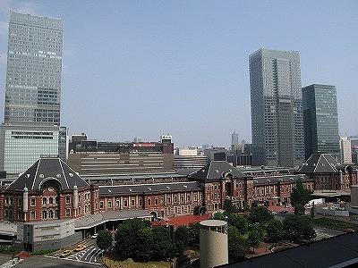 東京駅とビル.jpg